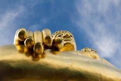Buda de oro y cielo azul Foto de archivo libre de regalías