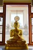 Buda de oro y tambor grande en un templo budista Foto de archivo