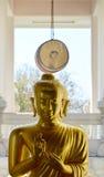 Buda de oro y tambor grande en un templo budista Foto de archivo libre de regalías