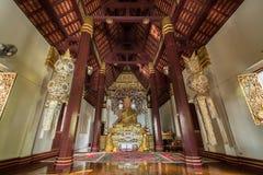 A Buda de presidência assentada dourada em Phra que templo de Chom Kitti, Chiang Saen, Tailândia, Imagens de Stock