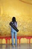 Buda de reclinação da tampa do glid da fotografia com a folha de ouro em Wat Ras Prakorngthum Nonthaburi Thailand Imagem de Stock