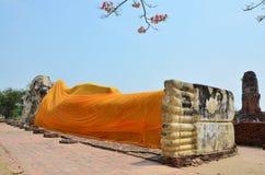 Buda de reclinação de Wat Lokayasutharam Temple em Ayutthaya Tailândia Imagens de Stock