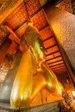 A Buda de reclinação dourada grande Fotografia de Stock Royalty Free