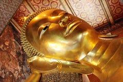 Buda de reclinação em Wat Pho Imagens de Stock