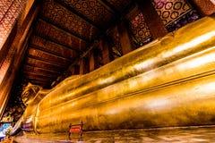 A Buda de reclinação em Wat Pho, Banguecoque Foto de Stock
