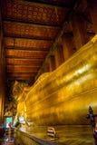 BUDA DE RECLINAÇÃO EM WAT PO, BANGUECOQUE TAILÂNDIA Fotografia de Stock Royalty Free