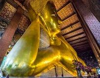 BUDA DE RECLINAÇÃO EM WAT PO, BANGUECOQUE TAILÂNDIA Fotos de Stock Royalty Free