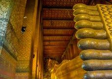 BUDA DE RECLINAÇÃO EM WAT PO, BANGUECOQUE TAILÂNDIA Imagem de Stock