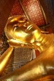 A Buda de reclinação gigante dourada (Buda do sono) em Wat Pho Temple, Banguecoque, Tailândia Fotos de Stock