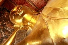 A Buda de reclinação gigante dourada (Buda do sono) em Wat Pho Temple, Banguecoque, Tailândia Imagem de Stock