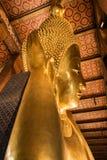 A Buda de reclinação gigante dourada em Wat Pho Buddhist Temple, Banguecoque, Tailândia Fotos de Stock
