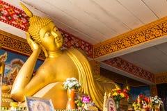 Buda de reclinação grande em Wat Mokkanlan, Chomthong Chiangmai fotografia de stock