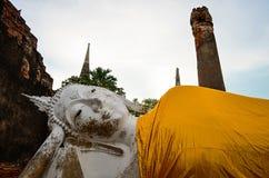 Buda de reclinação grande no mongkol de Wat Yai Chai, Ayutthaya imagens de stock royalty free