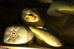 Buda de reclinação no templo da caverna de Dambulla imagem de stock royalty free