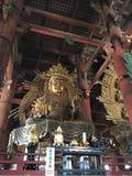 A Buda de Yakushi Nyorai assentou a imagem no templo de Todai-ji fotografia de stock