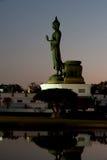 Buda derecho grande al aire libre en puesta del sol. Fotos de archivo libres de regalías