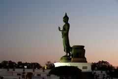 Buda derecho grande al aire libre en puesta del sol. Imagen de archivo
