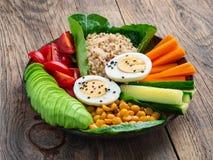 Buda do vegetariano \ 'bacia de s, uma mistura de vegetais Abacate, quinoa, foto de stock royalty free