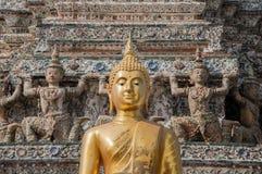 Buda dourada em Wat Arun, Banguecoque, Tailândia imagem de stock