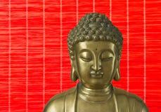 A Buda dourada está no fundo vermelho Fotos de Stock