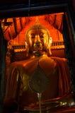 Buda dourada na igreja imagens de stock royalty free