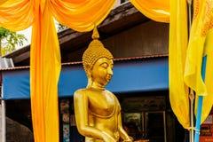 Buda dourada no carro no festival de Songkran da parada em Tailândia Foto de Stock