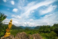 Buda dourada no ponto de vista na província de Phatthalung com fundo do céu e das nuvens, montanha, Tailândia fotos de stock royalty free