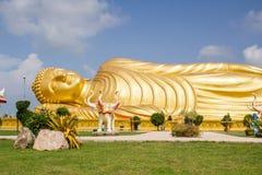 Buda durmiente de oro enorme con el cielo azul Fotos de archivo libres de regalías