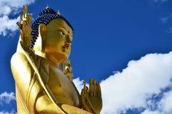 Buda e um céu azul, monastério de Likir, Leh, Ladakh Fotografia de Stock