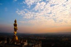 Buda em Wat Phra That Khao Noi, natureza bonita nebulosa O céu azul e a nuvem branca com sol iluminam-se Província de Nan, Tailân Fotos de Stock