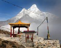 Buda en el monasterio y el soporte Ama Dablam de Pangboche Fotos de archivo libres de regalías