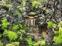 Buda en un pabellón en la colina Imagenes de archivo
