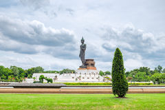Buda ennegrece la estatua que se coloca en jardín verde de la decoración Fotografía de archivo