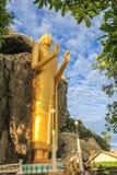 A Buda gigante na montanha do templo de Khao Takiab, Hua Hin Fotografia de Stock Royalty Free
