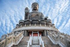 Buda gigante Po Lin Monastery na ilha de Lantau em Hong Kong com céu azul imagens de stock royalty free