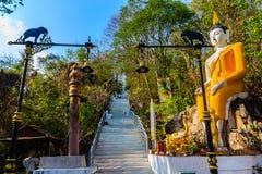 Buda grande amarillo en la manera de la escalera a la colina en Wat Khao Rup Chang o el templo de la colina del elefante, uno del Fotos de archivo libres de regalías