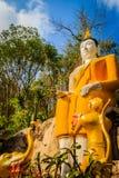 Buda grande amarillo en la manera de la escalera a la colina en Wat Khao Rup Chang o el templo de la colina del elefante, uno del Imagenes de archivo