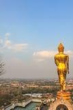 Buda grande de oro en la montaña Wat Phra That Khao Noi Imagen de archivo libre de regalías