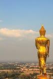 Buda grande de oro en la montaña Wat Phra That Khao Noi Fotografía de archivo