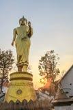 Buda grande de oro en la montaña Wat Phra That Khao Noi Imagen de archivo