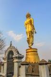 Buda grande de oro en la montaña Wat Phra That Khao Noi Imagenes de archivo