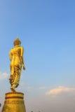 Buda grande de oro en la montaña Wat Phra That Khao Noi Imágenes de archivo libres de regalías