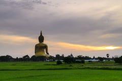 Buda grande en Ang Thong Province, Tailandia Foto de archivo