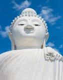 Buda grande en el cielo azul Phuket tailandia Foto de archivo