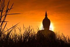 Buda grande en Wat Muang en la puesta del sol, Tailandia Imagenes de archivo