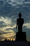 Buda grande por la tarde Silueta de la estatua de Buda por la tarde Foto de archivo