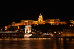 Buda kasztel i Łańcuszkowy most przy nocą Zdjęcia Stock