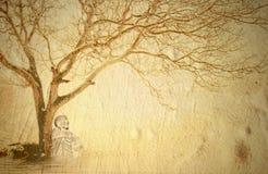 Buda meditating bajo un árbol Imagenes de archivo