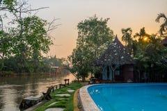 Buda obok chanel i basen w wsi obrazy royalty free