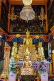 Buda que preside en pasillo real de la ordenación en Wat Poramaiyikawas Worawihan fotografía de archivo libre de regalías